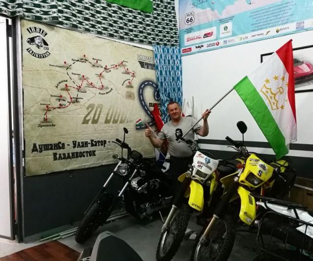 Tajikistanissa moottoripyörähuollossa.