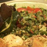 Roots Kitchen – värikästä ja maistuvaa kasvisruokaa Hakaniemen lasihallissa