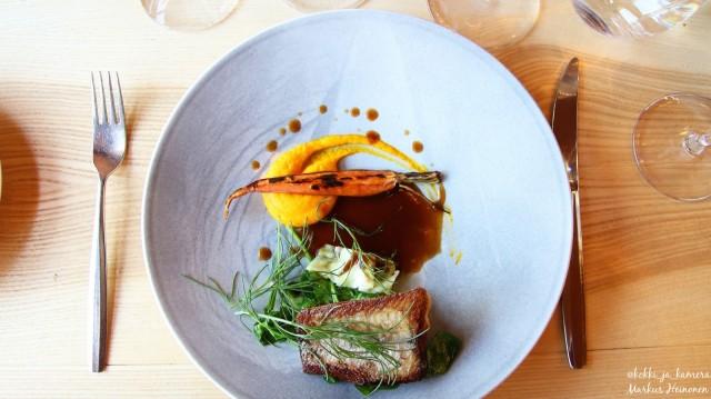 Pääruoka: Kuhaa, porkkana-inkivääripyreetä, rapuliemessä haudutettua porkkanaa ja tumma rapukastike.