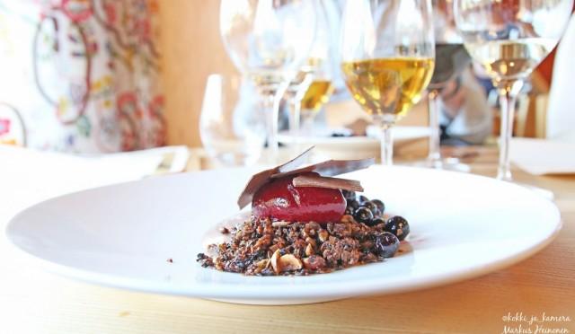 Jälkiruoka: Suklaa namelaka, mustaherukkasorbé, marinoitua mustaherukkaa, suklaalastu ja pähkinägranola