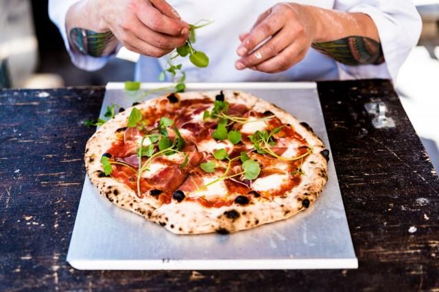 Pizzalan pizzat tarjoillaan valmiiksi siivutettuina.