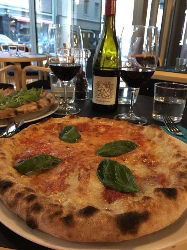 Klassikko Marherita sekä Bacco pizza, herkullisia molemmat.