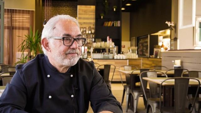 Ikänsä puolesta Manu Schlegel voisi jäädä jo eläkkeelle, mutta hän viihtyy ravintola-alalla niin hyvin, ettei malta vielä jättää töitä.