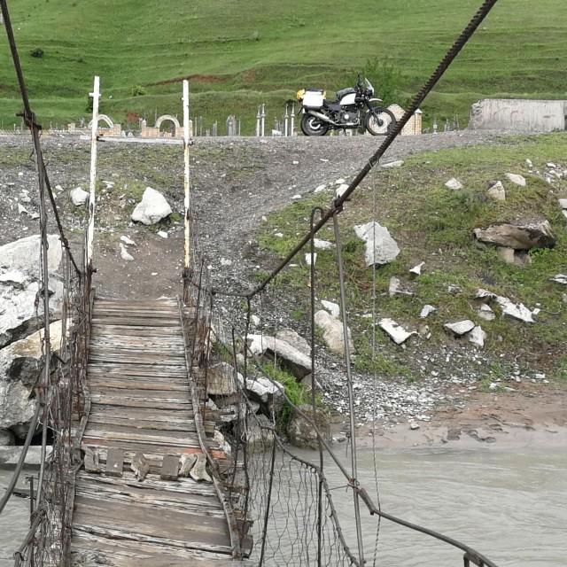Royal Enfieldillä pääsi haastavammistakin paikoista. Uskaltaisitko ajaa tämän sillan?