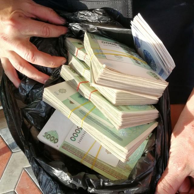 Uzbekistanissa oli vaikea nostaa rahaa ja saada bensaa. Yksi hotelliyö maksoi kokonaisen säkillisen rahaa ja senkin vaihdoimme pimeästi jossain koska pankista ei saanut.