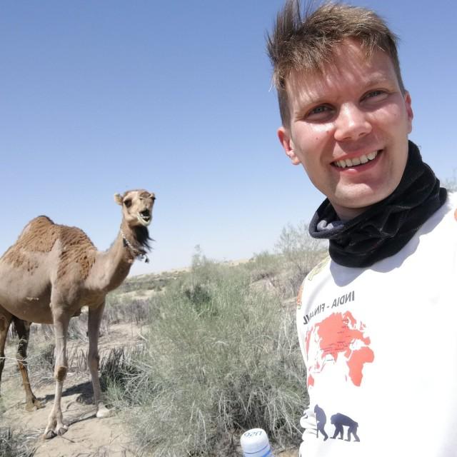 Välillä on hyvä pysähtyä moikkaamaan kamelia kun monen päivän aavikolla valtavassa kuumuudessa ajelu alkaa puuduttamaan.