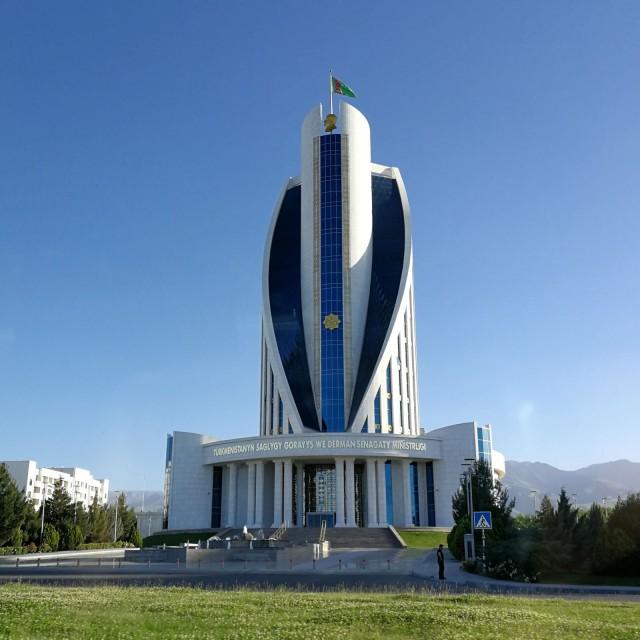 Maailmassa on rikkautta ja köyhyyttä. Kuva Turkmenistanista jonka totaalinen diktatuuri ja maassa jylläävä hyperinflaatio yllätti minut.