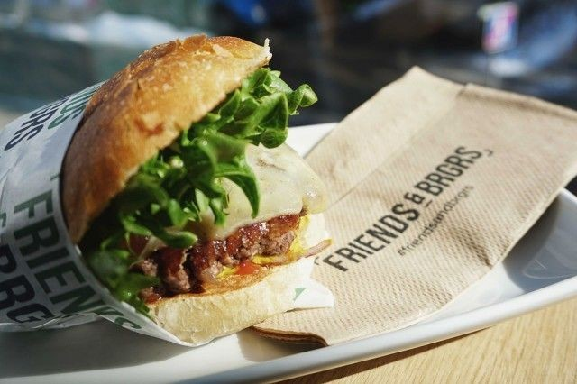 Friends & Brgrs kuljettaa jatkossa burgerit kotiin asti.