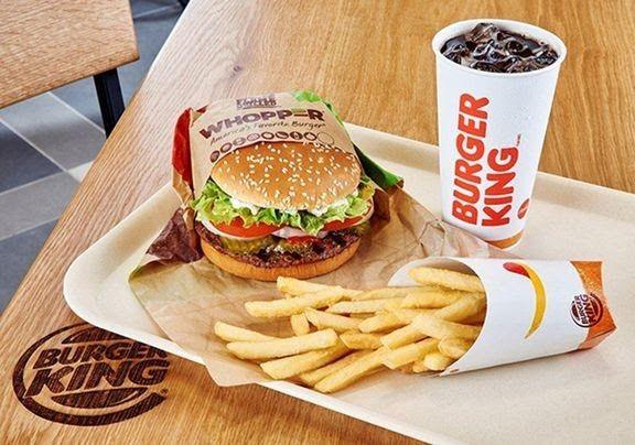 Burger Kingissä muovipillejä saa vain tiskin alta.