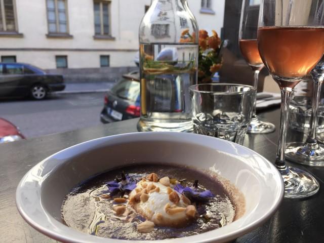 Kylmä keitto alkuruokana oli loistava valinta kuumaan kesäiltaan.