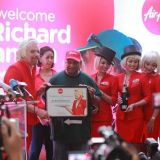 Tämä näky on harvinaisuus, kun yritysjohtaja laskeutuu asiakkaiden keskuuteen. Virginin perustaja Richard Branson on kuitenkin harvinainen poikkeustapaus.