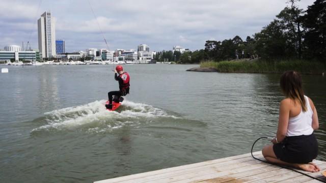 Wakeboarding on kuin snoukkausta veden pinnalla.