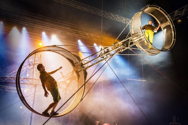 Super Sunday aloittaa festivaalin hurjalla kuolemanpyörä-akrobatiallaan.