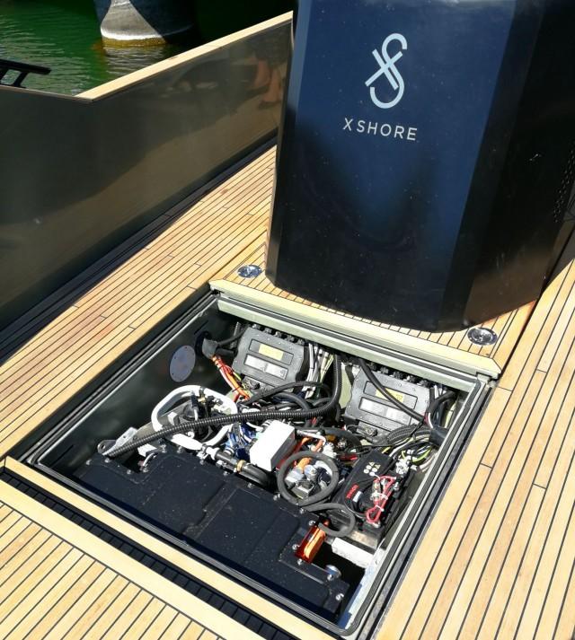 X Shore sähköveneessä on kannen alla virtaa antamassa 2 BMW:n akkua. Lataus onnistuu kätevästi satamassa.