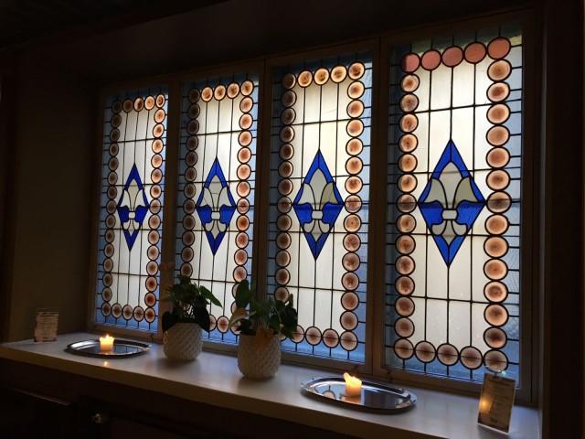 Teinin ikkunoita kaunistavat upeat lasimaalaukset.