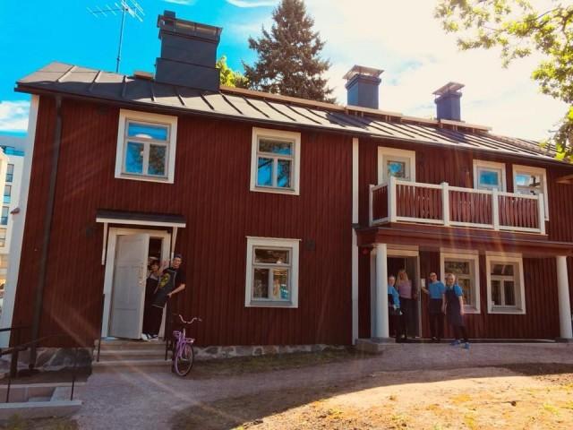 Kahvila Puhuri sijaitsee Lauttasaaren punaisessa huvilassa lähellä Lauttasaaren metroasemaa.