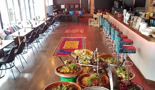Mo Kitchenin buffetpöytä on täynnä värejä ja makuja.
