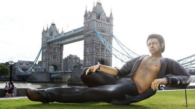 Lontoolaiset saivat itselleen mahtipontisen näyn, kun jättimäinen Jeff Goldblum -patsas valtasi puistonäkymän.