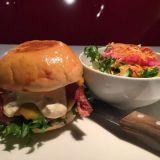 Herkullinen American Cheese -burgeri pekonilla ja lisukesalaatilla.