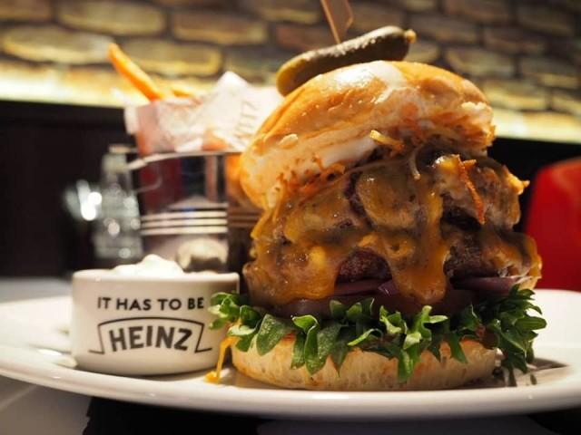 """Muutaman burgerin saa halutessaan myös """"tuplana"""" eli double deckerinä (Bowld1nerin kuvamateriaalia)."""