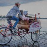 Rakkauden Riksa viilettää läpi kaupungin – Hyppää kyytiin ja anna kohtaamisten viedä