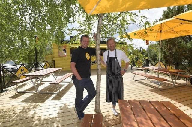 Panimoravintolan menu on keittiömestari Aki Wahlmanin (oik.) käsialaa.