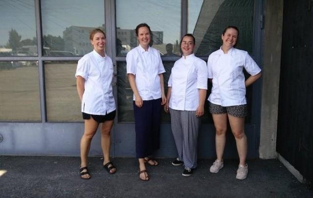 Anna Raiskila (vas.), Veera Valtonen, Simona Milazzo ja Laura Hansen haluavat tuoda naisten ammattitaitoa esiin positiivisessa hengessä.