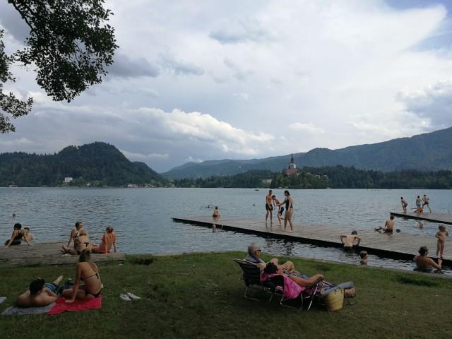 Bled on järven rannalla ja vastarannalla on mukava uimaranta. Järven keskellä olevassa saaressa on kirkko minne pääsee veneellä tai uimalla. Vesi on hämmentävän sinistä. Kuvaa ei ole käsitelty.