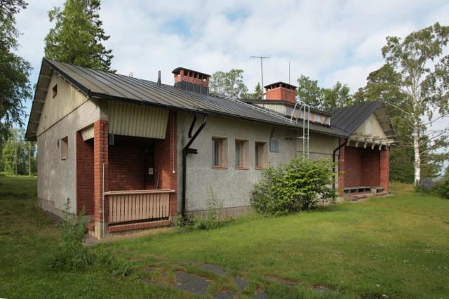 Isosaaren saunarakennuksessa on kaksi saunaa, joista entinen suuri miehistösauna, Haapala, on yleisösaunakäytössä.