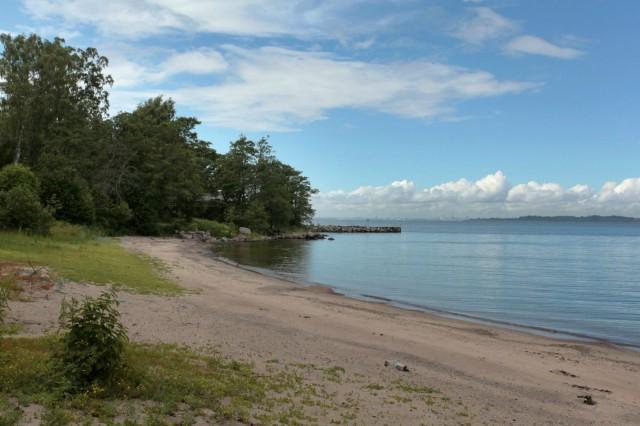 Saunarakennuksen välittömässä läheisyydessä sijaitsee kaksi uimarantaa sekä saunalta pitkä uimalaituri kauemmas merelle.