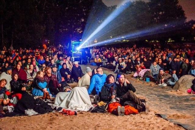 Viime vuoden KinoKivinokka veti viilenevään kesäiltaan paljon väkeä nauttimaan leffasta.