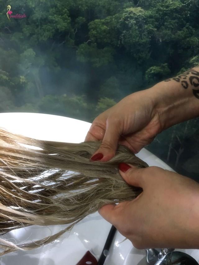 Kakkosvaiheen Olaplex-aine työstettiin ja kammattiin hiuksiin tasaisesti