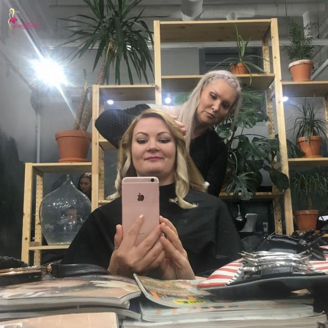 Piritta on erittäin ammattitaitoinen kampaaja, sen kuulee hänen puheestaan ja näkee otteista, joilla hän hiuksiani käsitteli
