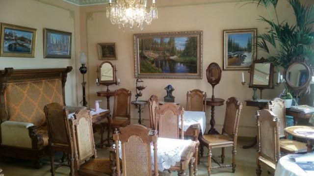 Taideterassin sisätiloissa vallitsee viktoriaaninen tyyli.