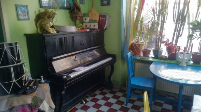 Piano odottaa kärsivällisesti soittajaansa Taikalampun nurkassa.