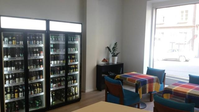 Öl Utissa on neljä asiakaspaikkaa ja alati laajentuva olutvalikoima. Myynnissä on myös artesaanisiidereitä.