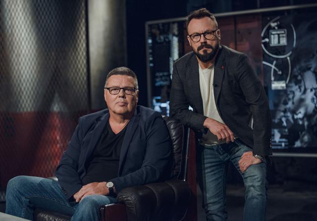 Jari Aarnio istahtaa Riku Rantalan haastateltavaksi.