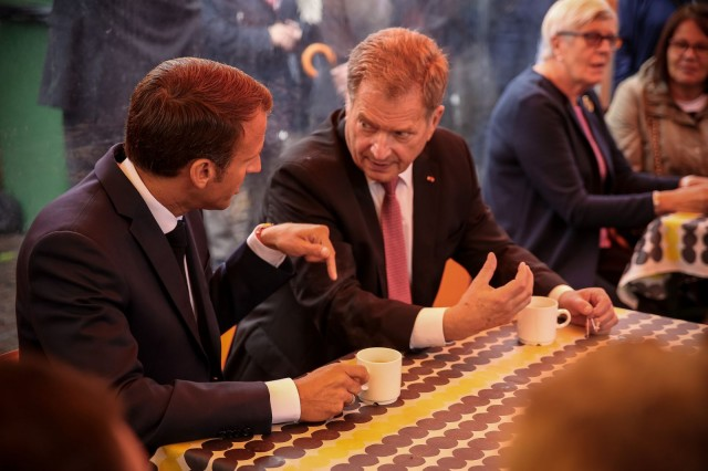 Presidentti Niinistö tarjosi presidentti Macronille torikahvit Kauppatorilla. Kuva: Matti Porre / Tasavallan presidentin kanslia