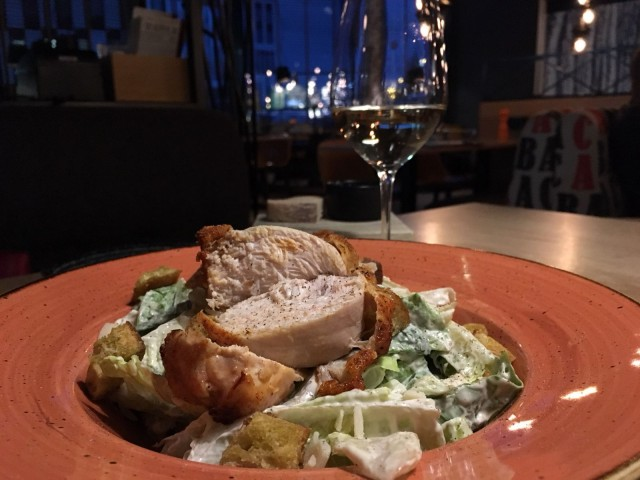 Caesar salaatti ja Cajun-maustettua kanaa.