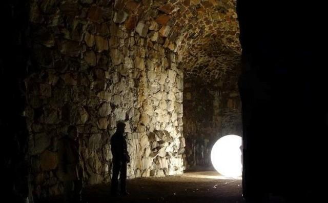 Historialliset puitteet Vallisaaressa valaistaan valotaiteen keinoin viikonloppuna.