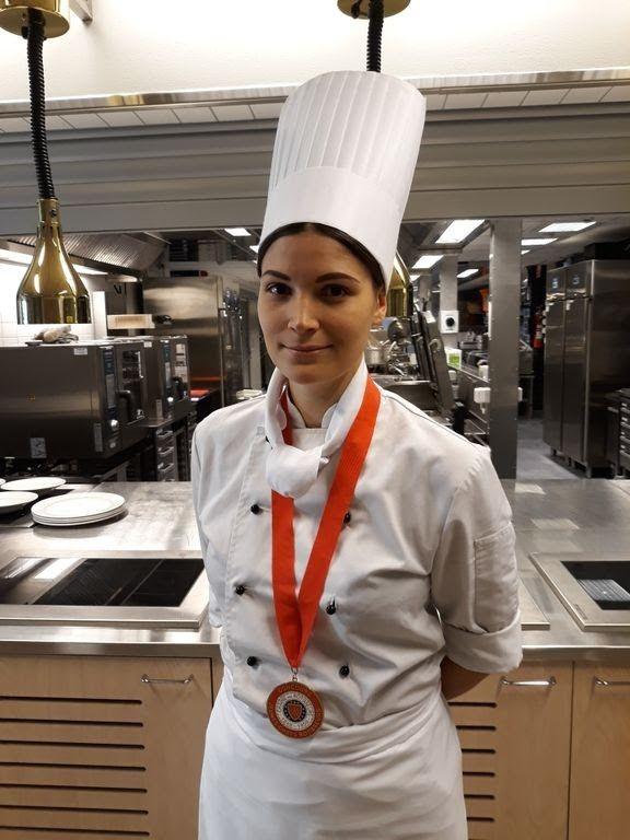 Emmiina Lehtonen valmistautui nuorten kokkien MM-kisoihin testailemalla monipuolisesti erilaisia raaka-aineita.