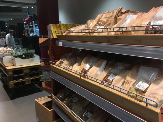 WeFoodin valikoimista löytyy esimerkiksi leipää, hedelmiä ja vihanneksia.