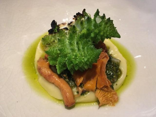 Romanesco-kukkakaalista, kantarellista ja palsternakasta valmistettu annos on täysin vegaaninen.