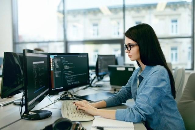 Suomi kärsii koodaripulasta. Mimmit koodaa -kampanja innostaa naisia mukaan ohjelmistoalalle.