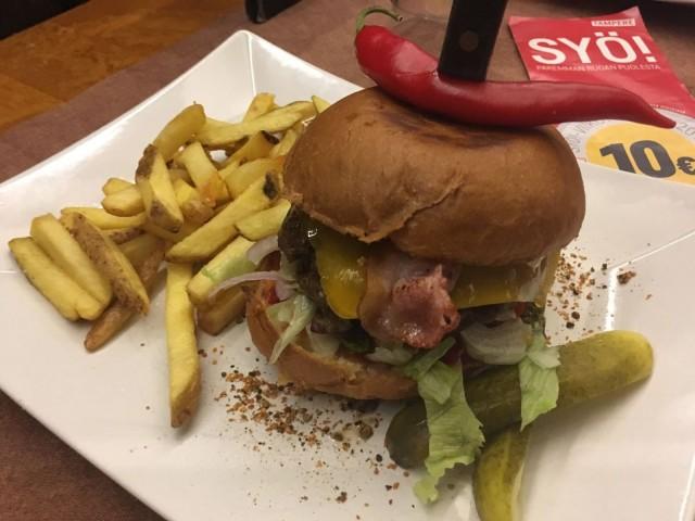 Ohranjyvän burgeri tarjoillaan maalaisranskalaisten kera.