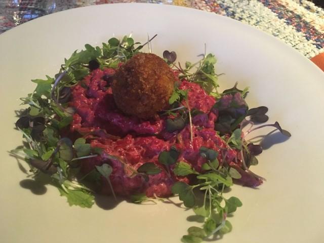 Salvialla maustettu punajuuririsotto sopii myös vegaaneille.