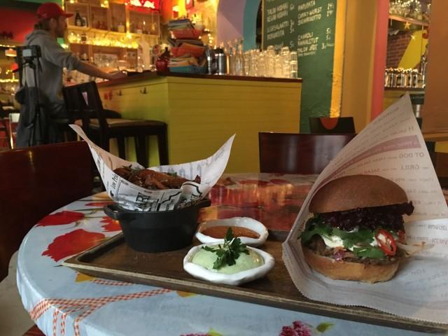 Bar Favelan leipään voi valita härkä-, lohi- tai paputäytteen.