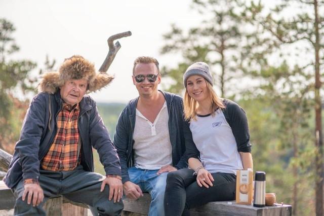 Kaslink on käyttänyt mainonnassaan kahta suomalaista ikonia: Mielensäpahoittajaa ja Enni Rukajärveä. Keskellä Juha-Petteri Kukkonen.