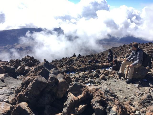 Teiden huippu kohoaa yli 3 700 metrin korkeuteen, joten retkelle kannattaa pukeutua lämpimästi.