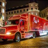 Coca-Colan punainen rekka kurvailee ensimmäistä kertaa Suomeen – mutta mitä tekemistä cokiksella oikeasti on joulun kanssa?